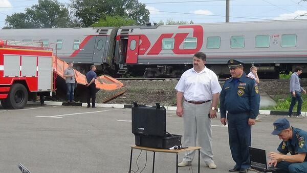 Сотрудники МЧС на месте ДТП на железнодорожном переезде в Белгородской области, где поезд столкнулся с КамАЗом