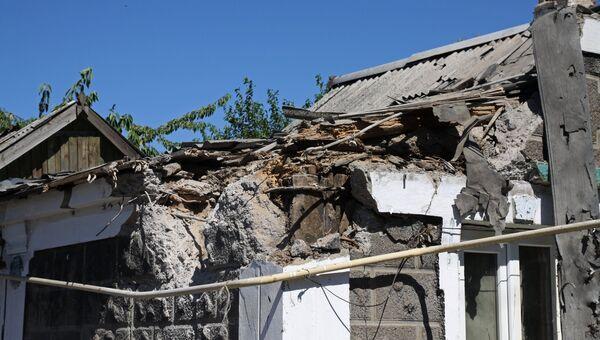 Дом, поврежденный в результате обстрела, в Октябрьском районе Донецка