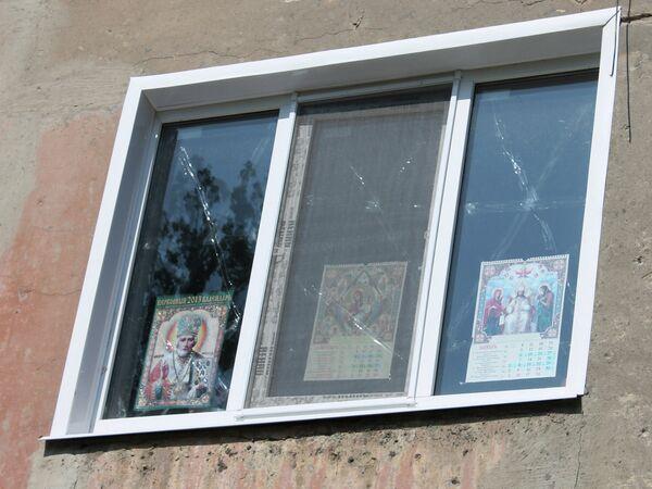 Окно одного из домов в Горловке