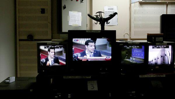 Премьер-министр Греции Алексис Ципрас на экране монитора в студии греческого телевидения