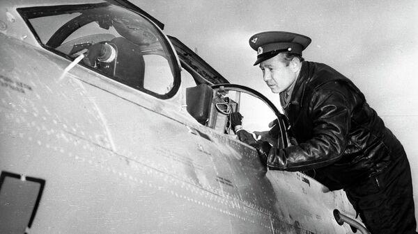 Летчик-космонавт СССР Алексей Леонов перед тренировочным полетом на самолете МИГ-21
