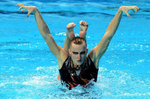 Александр Мальцев выступает с произвольной программой в финале соревнований по синхронному плаванию среди смешанных дуэтов на FINA 2015