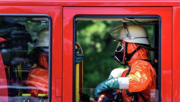 Пожарные отправляются на место крушения самолета в Германии. Архивное фото