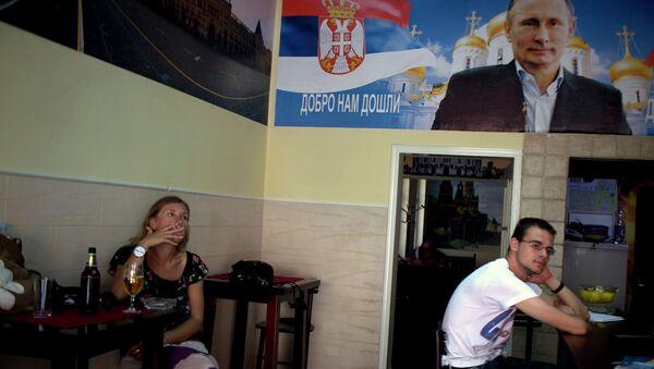 Плакат с изображением Владимира Путина в кафе города Нови-Сад, Сербия. Архивное фото