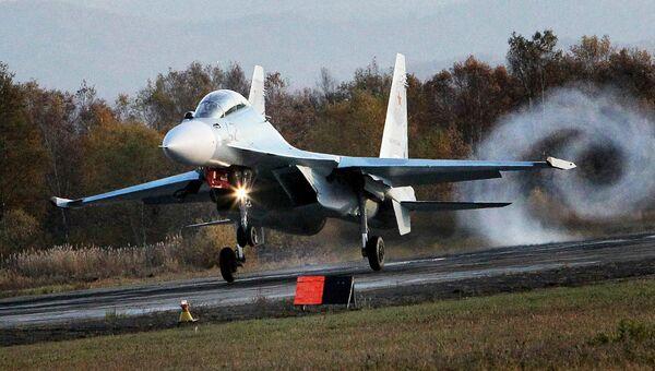 Новый многоцелевой истребитель Су-30 М2 совершает посадку на военном аэродроме Центральная Угловая в Приморском крае