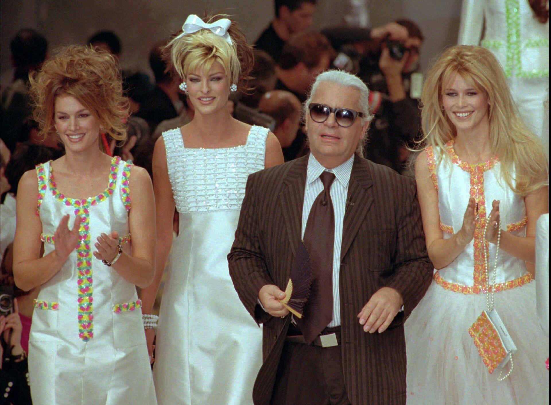 Синди Кроуфорд, Линда Евангелиста, Карл Лагерфельд и Клаудия Шиффер на показе Chanel, 1996 год - РИА Новости, 1920, 17.02.2021
