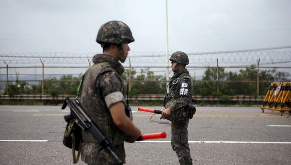 Южнокорейские солдаты на контрольно-пропускном пункте возле границы с КНДР. Архив