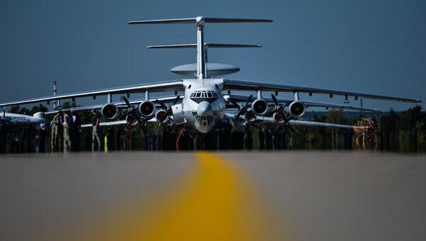Самолет Ил-76 во время генеральной репетиции летной программы торжественного открытия Международного авиационно-космического салона МАКС-2015