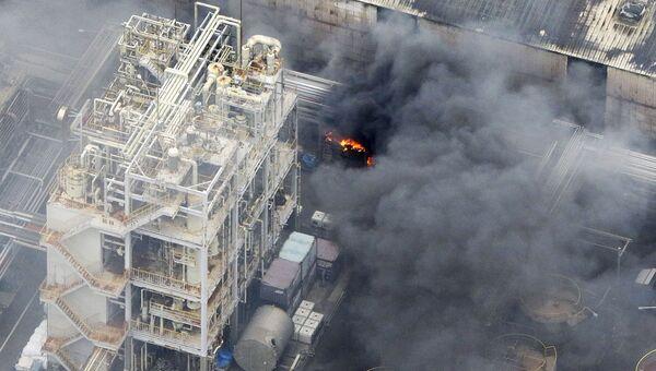 Пожар на заводе вблизи аэропорта Токио Ханэда в городе Кавасаки, Япония. 24 августа 2015