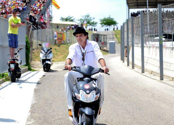Актер Антонио Бандерас едет на скутере во время соревнований MotoGP в Каталонии, Испания