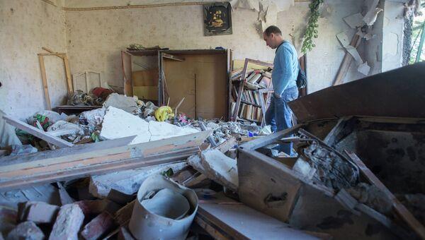 Житель Горловки в разрушенной квартире многоквартирного жилого дома на улице Кирова