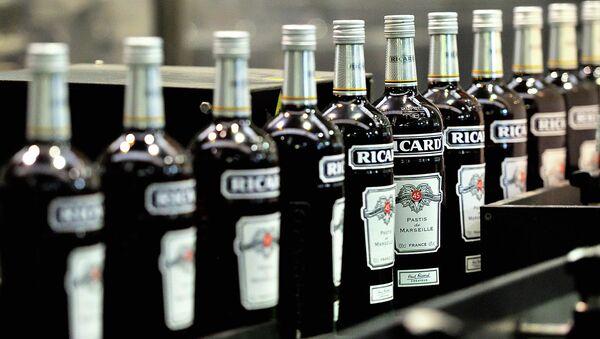 Конвейер на заводе производителя алкогольной продукции. Архивное фото