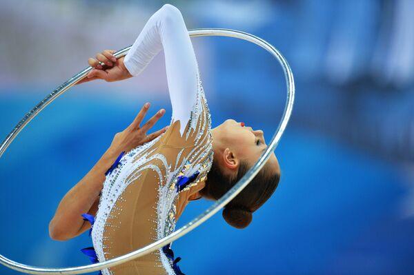 Маргарита Мамун (Россия) выполняет упражнения с обручем в соревнованиях Кубка мира по художественной гимнастике в Казани