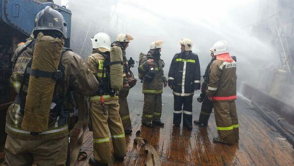 Пожар на рыболовецком траулере в порту Хабаровска