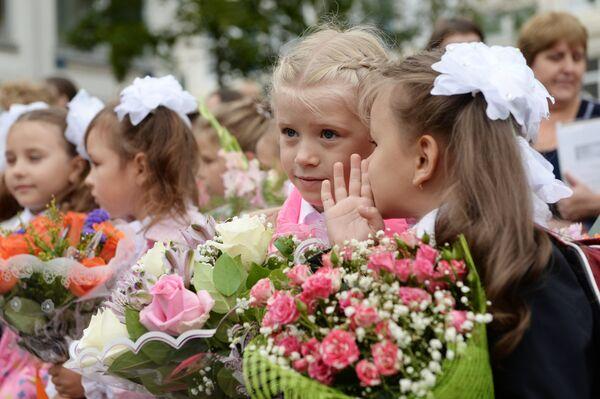 Ученики на торжественной линейке в школе №1048 Москвы