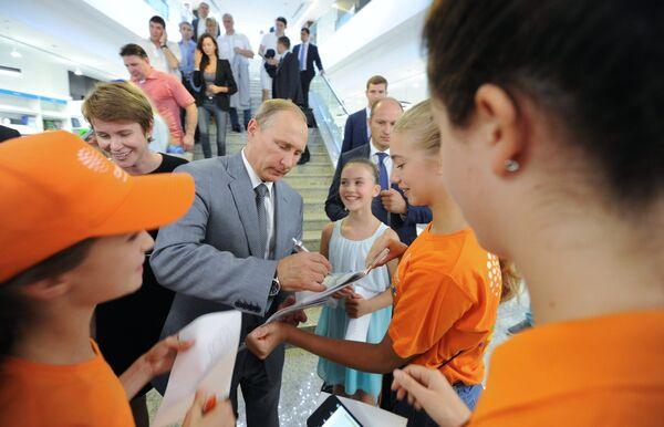 Президент РФ Владимир Путин раздает автографы во время посещения образовательного центра Сириус в Сочи, в котором проходят обучение одаренные дети со всей России
