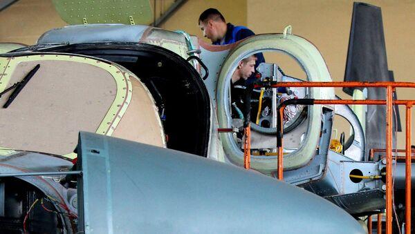 Специалисты завода во время сборки боевого вертолета Ка-52 Аллигатор