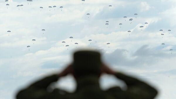 Десантирование военнослужащих. Архивное фото