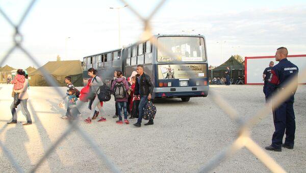 Беженцы заходят в миграционный пункт Реске