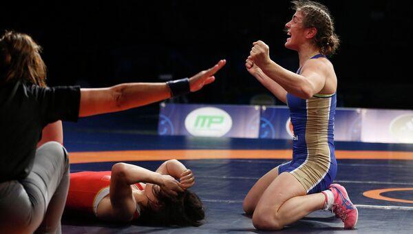 Наталья Воробьева празднует победу на чемпионате мира по борьбе в Лас-Вегасе после поединка с представительницей Китая Чжоу Фэн