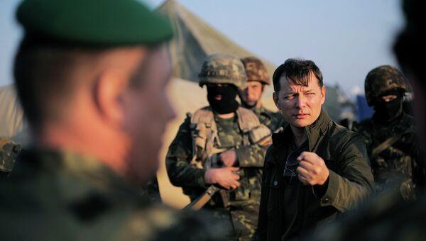 Народный депутат Украины Олег Ляшко во время визита в военные части Украины, 2014 год