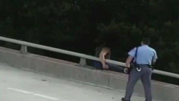 Полицейский в США отговорил самоубийцу прыгать с моста