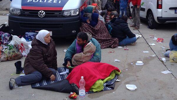 Беженцы в Никельсдорфе на границе Австрии и Венгрии