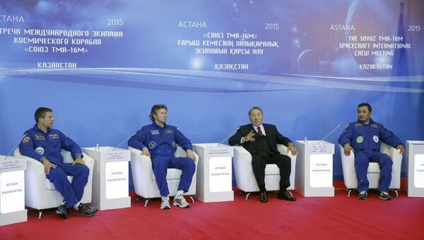 Президент Казахстана и вернувшиеся с МКС члены экипажа Союза ТМА-16М