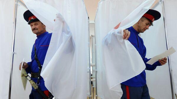 Жители Ростовской области на участке для голосования