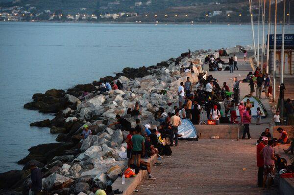 Беженцы с Ближнего Востока на набережной г. Митилини на греческом острове Лесбос
