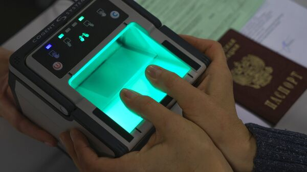 Демонстрация процедуры снятия биометрических данных в визовом центре Санкт-Петербурга