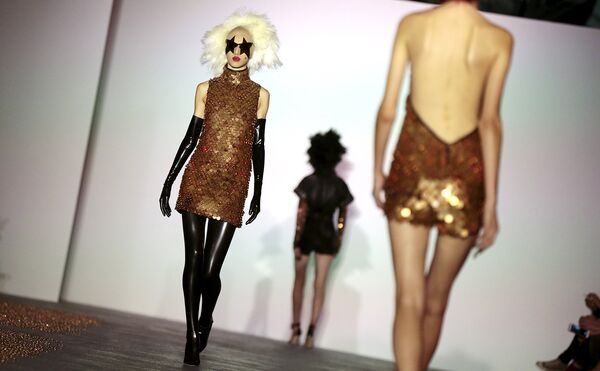 Модели во время показа коллекции Gareth Pugh в рамках Недели моды в Лондоне