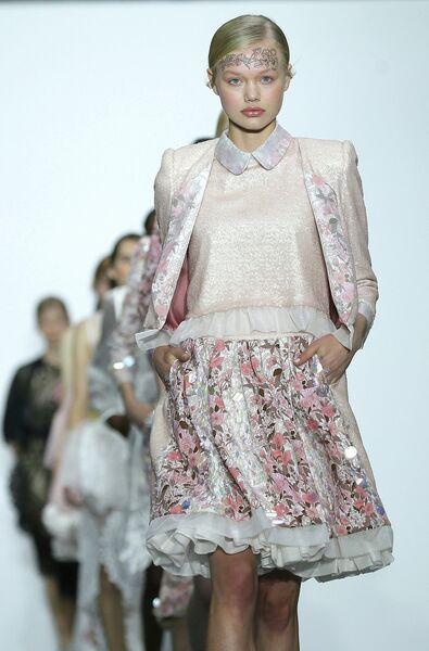 Модель во время показа коллекции Bora Aksu в рамках Недели моды в Лондоне