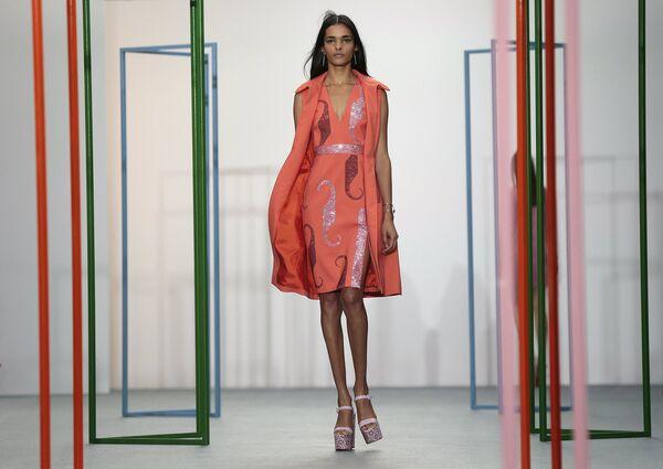 Модель во время показа коллекции Holly Fulton в рамках Недели моды в Лондоне