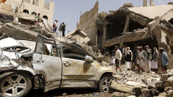 Последствия авиаудара по столице Йемена Сане. 21 сентября 2015. Архивное фото