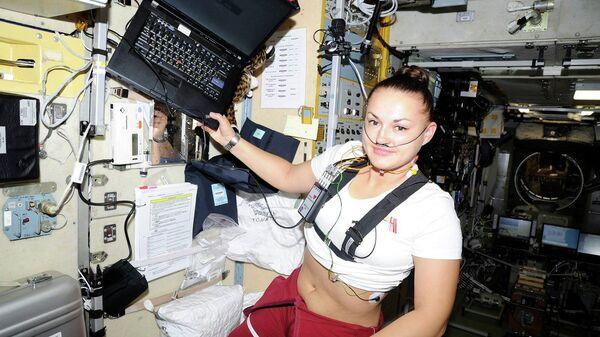 Участница проекта Луна-2015 внутри переоборудованного модуля Марс-500