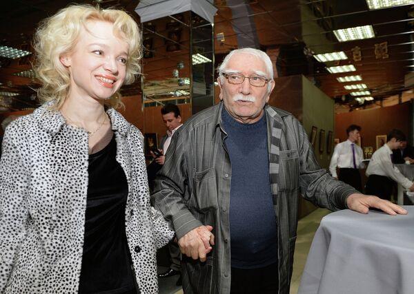 Актер Армен Джигарханян с супругой на выставке Бескомпромиссная жажда красоты художника Никаса Сафронова в Москве