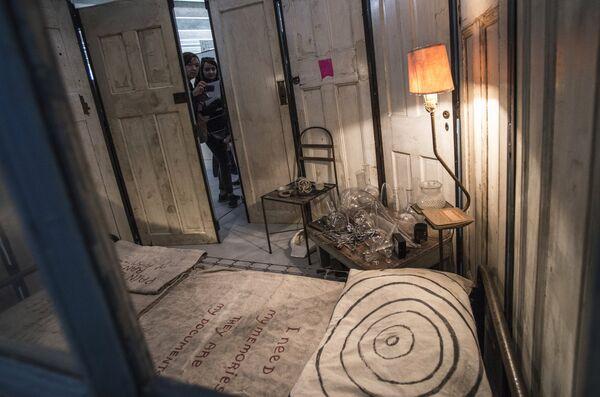 Скульптурная композиция Клетка I американского скульптора Луизы Буржуа в музее современного искусства Гараж