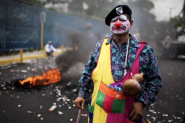 Ветеран гражданской войны во время уличной акции протеста в Сан-Сальвадоре