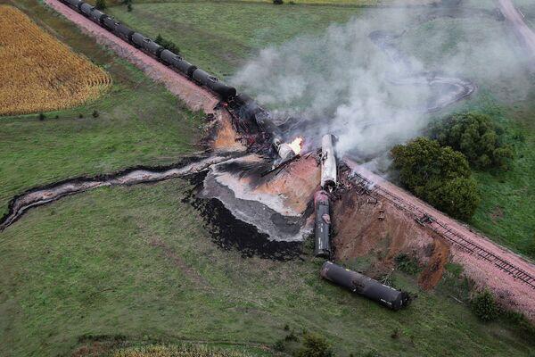 Цистерны с этанолом горят на железнодорожном мосту в местечке Шотландия в Южной Дакоте, США