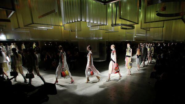 Модели во время показа коллекции Prada на Неделе моды в Милане