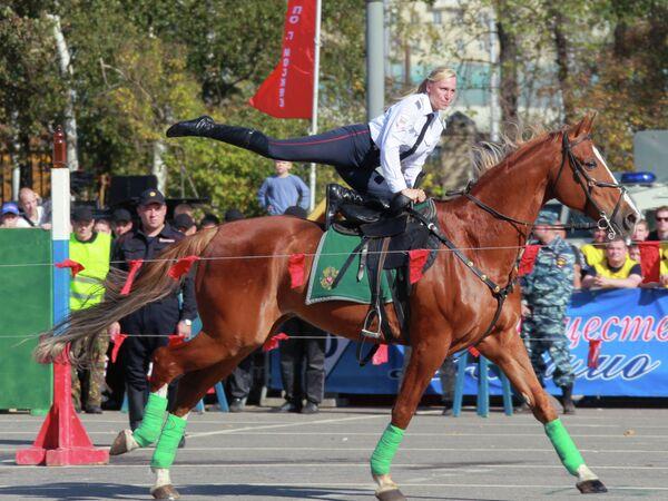Сотрудник конной полиции на спортивном празднике