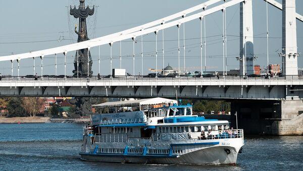 Прогулочный теплоход на Москве-реке. Архивное фото