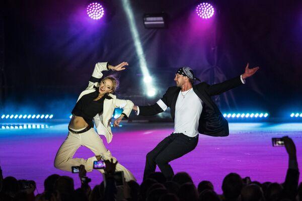 Фигуристы Татьяна Навка и Роман Костомаров выступают во время светового ледового шоу
