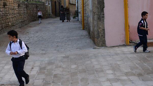Местные жители на одной из улиц города Дербента. Архивное фото