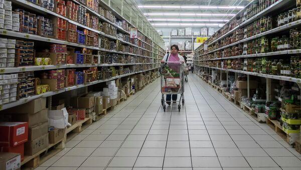 Посетительница в гипермаркете Ашан. Архивное фото