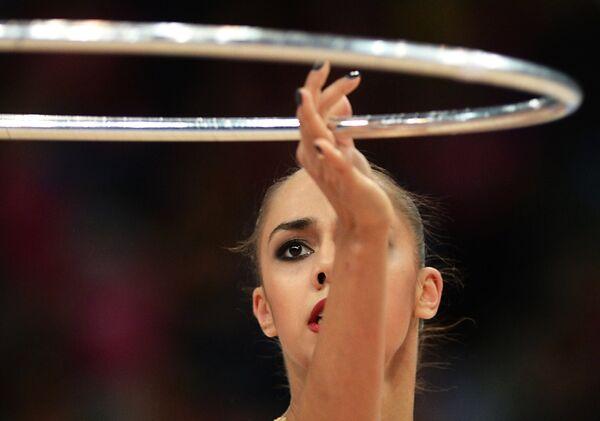 Маргарита Мамун (Россия) выполняет упражнения с обручем в индивидуальных соревнованиях на чемпионате мира по художественной гимнастике в немецком Штутгарте