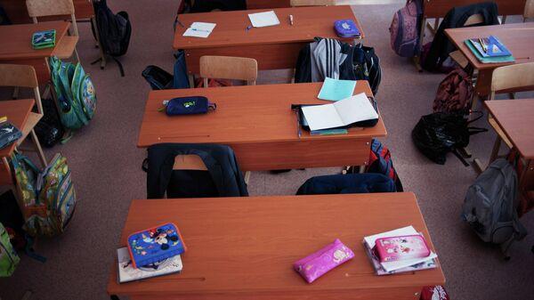 Пустые парты в одном из классов школы