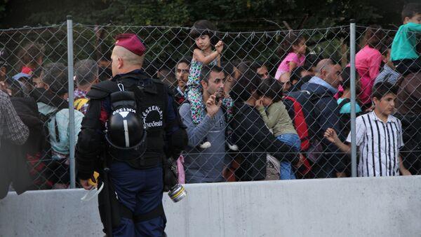 Беженцы пересекают границу в районе поселка Реске (Венгрия). Архивное фото