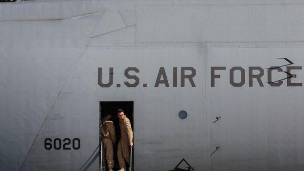 Самолет ВВС США с американскими бронеавтомобилями на Украине